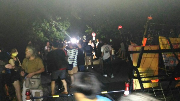 近50人摸黑上壽山拉白條抗議國軍殺狗,警方也到場維持秩序。(記者黃良傑翻攝)