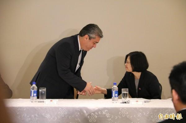 總統蔡英文捐贈3千盒的克流感給巴國政府,由巴拿馬衛生部長Miguel Mayo代表接受。(記者鍾麗華攝)