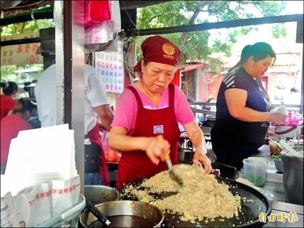 魩仔魚炒飯是大稻埕慈聖宮廟口的著名小吃。(記者何世昌攝)