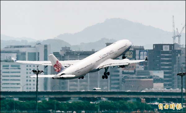 華航航班恢復正常運作。圖為台北松山機場華航班機起飛。(記者簡榮豐攝)