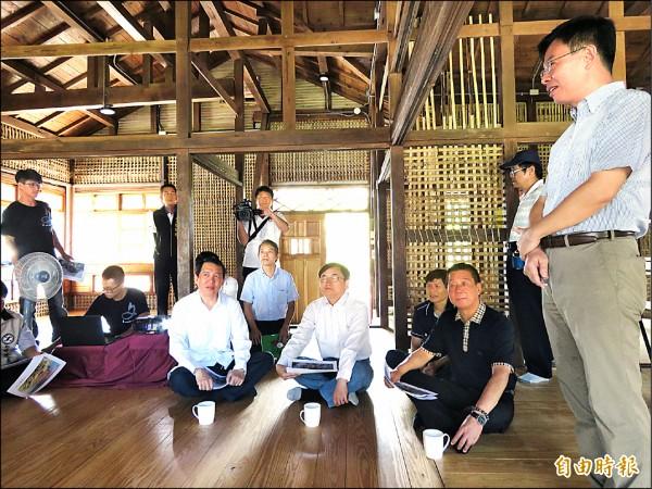文化部政務次長楊子葆(坐者左一)前來勘查,同意補助1.8億元。(記者黃明堂攝)