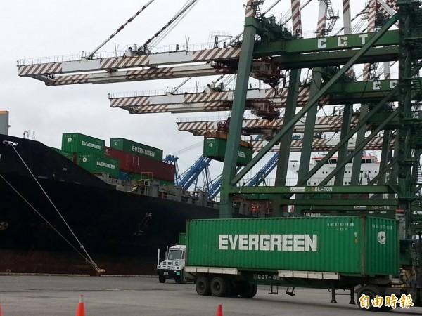 長榮集團旗下各企業被爆沒有工會。(圖長榮海運在巴拿馬的箇朗貨櫃碼頭。記者鍾麗華 攝)