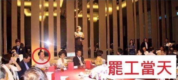 華航企業工會被網友譏是「摸頭工會」,理事長葛作亮也被拍到於罷工當晚參加華航高層歡送趴。(擷取自網友臉書)