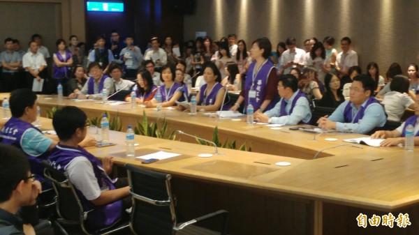 華航企業工會與董事長何煖軒進行爭取權益協商。(記者姚介修攝)