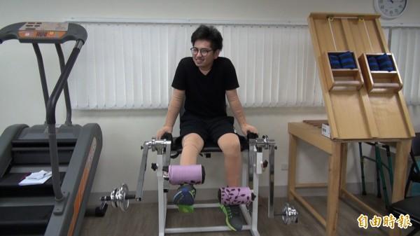 李孟修每天都必須做腳部的復健,把腳上的疤拉開。(記者陳映彤攝)