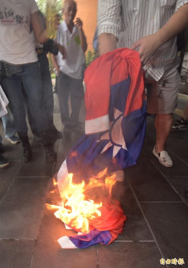 故宮南院潑漆被告之一陳妙婷、自由台灣黨主席蔡丁貴等6日於台北地檢署召開「轉型正義,燒旗有理」記者會,現場焚燒國旗。(資料照)