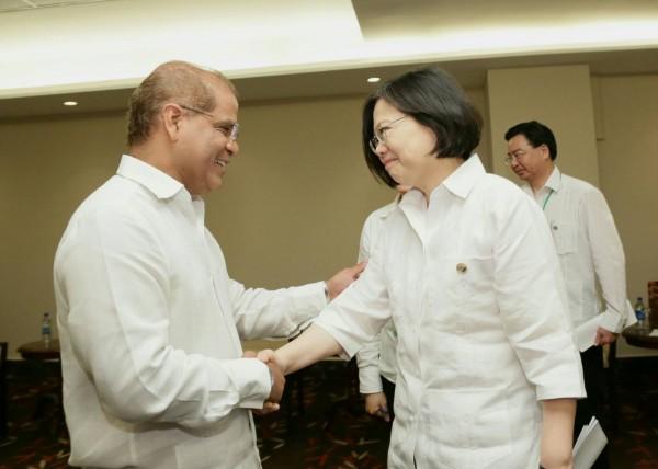 總統蔡英文與我四友邦會晤時,首次穿上白色巴拿馬衫,圖為與薩爾瓦多副總統會晤。(總統府提供)