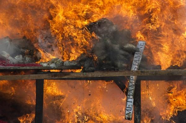 緬甸為了紀念「國際禁毒日」,焚燒大量毒品。(法新社)