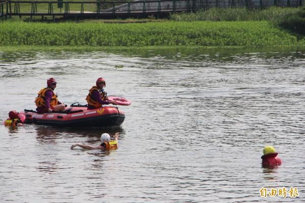 夏日戲水危險多,笫二大隊在青塘園舉辦消防演練,教民衆自救及救人。(記者李容萍攝)
