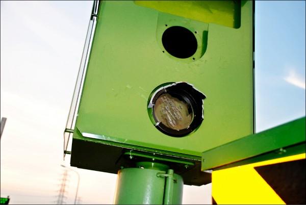 測速照相桿主機外殼的遮光罩完全毀損、鏡頭玻璃也裂損。(記者彭健禮翻攝)