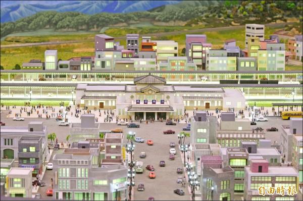 高雄文化局濃縮台灣百年鐵道沿線風景,將在駁二藝術特區推出「哈瑪星台灣鐵道館」,用縮小版模型呈現百年鐵道史;其中包括高雄、台南、嘉義、新竹、台北、基隆車站等,都以老車站模型展出。(記者張忠義攝)