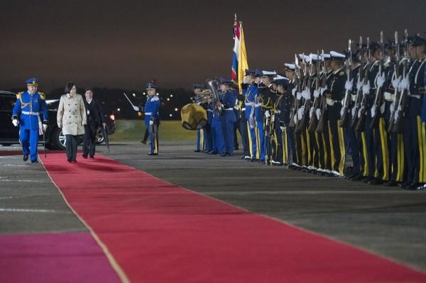 今天總統蔡英文抵達巴拉圭,她身著卡其色英倫式風衣亮相,接受巴拉圭以軍禮迎接。(圖片擷取自蔡英文臉書)