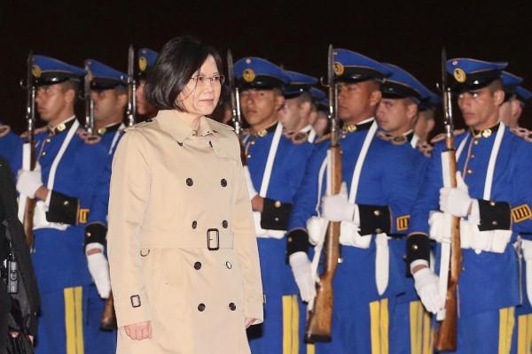 總統蔡英文抵達巴拉圭,巴國以軍禮儀式歡迎。(中央社)