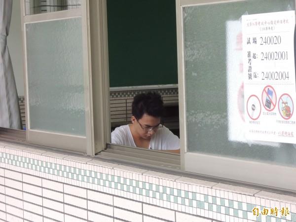 大學入學指定科目考試將於七月一日至三日登場。圖為去年台南二考區(新營)有二位考生申請非冷氣教室應考。(資料照,記者楊金城攝)