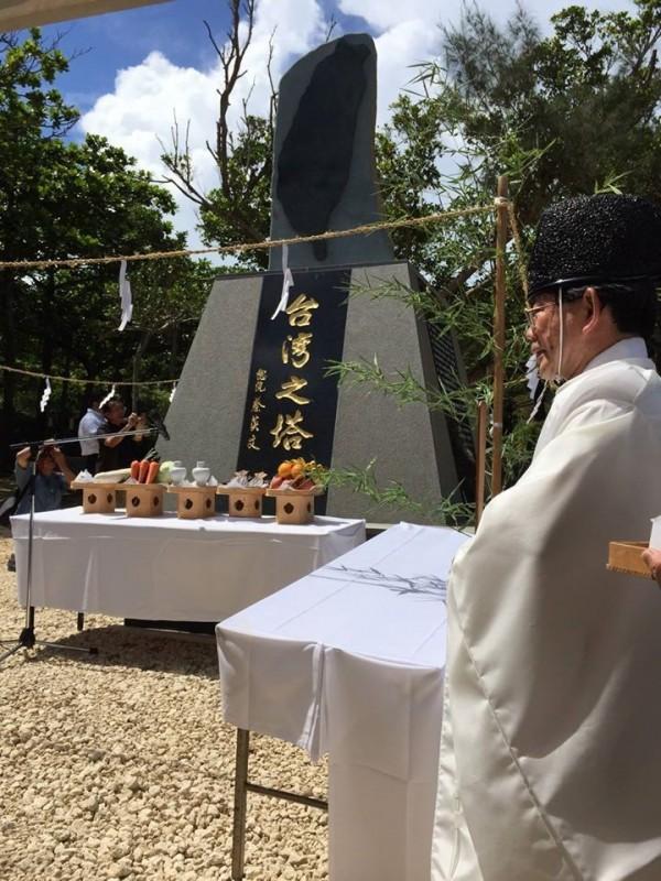 日本沖繩「台灣之塔」落成,落款是總統蔡英文。(圖擷取自鄭弘儀臉書)