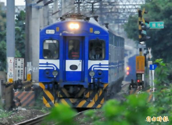 台鐵最後一段電子票證服務之建置完成,今起全線皆可使用電子票證搭乘。(資料照,記者游太郎攝)