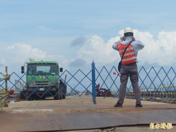 金門大橋工地被接管,工作人員在現場拍照記錄。(記者吳正庭攝)