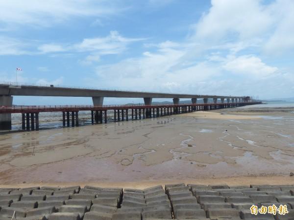 金門大橋的大金門端還未蓋到一公里即停擺。(記者吳正庭攝)