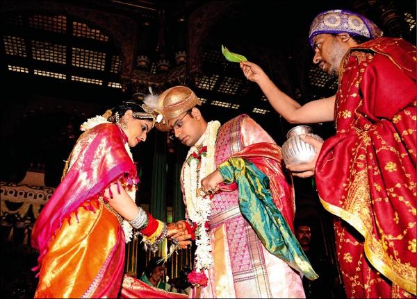 廿四歲的印度南部土邦邁索爾(Mysore)國王雅度維爾(Yaduveer Chamaraja Krishnadatta Wadeyar),廿七日迎娶拉吉斯坦省丹加坡王族的廿二歲公主崔希卡庫瑪芮(Trishika Kumari),雙方在安維拉斯王宮(Amba Vilas Palace)舉行四十年來首次王室傳統婚禮。(歐新社)