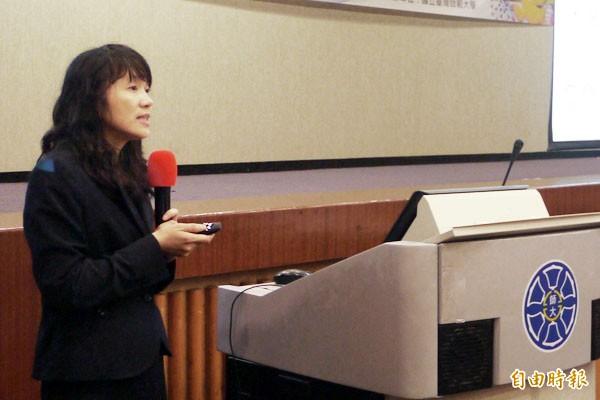 台灣師範大學教授張鳳琴,公布一份研究結果,發現受訪學生有5成誤認為被蚊子叮咬會得愛滋病,正確知識仍有待加強。(記者林曉雲攝)