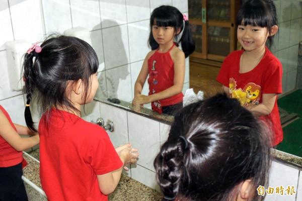 預防腸病毒,勤洗手是關鍵。(記者詹士弘攝)