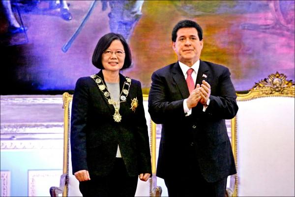 蔡英文總統在二十八日接受巴拉圭總統卡提斯(右)贈勳。隨團訪問的時代力量立委黃國昌在臉書指出,此勳章為「索拉諾.羅培斯元帥國家勳章」,這是巴拉圭的國家最高榮耀。(中央社)