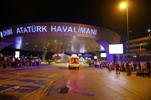 土耳其最大機場、同時也是國際旅客重要交通樞紐的阿塔圖克國際機場(Ataturk airport)稍早發生2起爆炸,目前死傷人數不明。(路透)