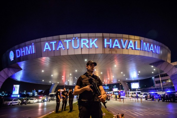 土耳其伊斯坦堡阿塔圖克國際機場當地時間週二晚間發生自殺攻擊,造成36人死亡、147人受傷。(法新社)