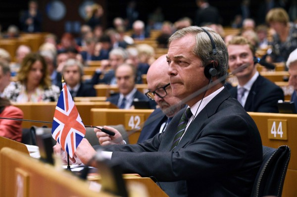 主導脫歐的英國獨立黨黨魁法拉吉,昨天在歐洲議會所有議員面前嗆聲說「現在你們笑不出來了」。(法新社)