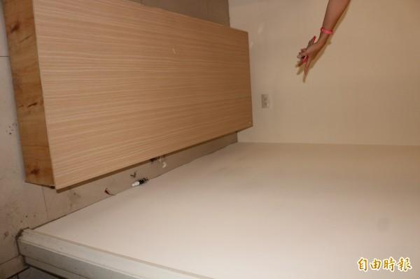 牆面雖已重新粉刷,但房仲仍認為有白、黃、黑三種顏色。(記者詹士弘攝)