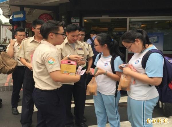 台北市替代役今天下午走上街頭,為忠義育幼院募集發票。(記者黃建豪攝)