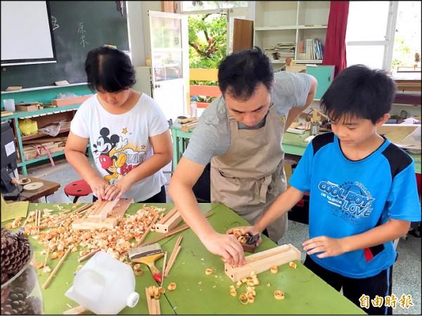 王儀華老師帶著同學製造木筷。(記者許展溢攝)