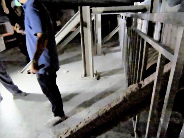 戲曲中心鋼梁變位後,規劃團隊加入兩根斜撐梁(前、最後),還有兩根在中間的反力座。(傳藝提供)