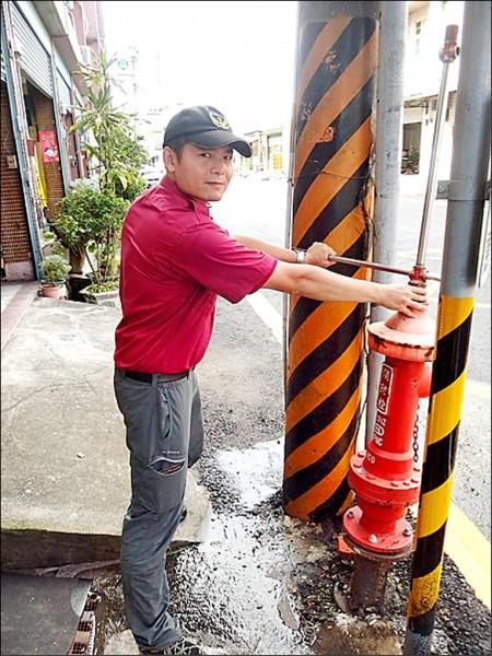 「卡哩卡哩消防栓」開關可解決消防栓受限狹窄空間的困擾。(記者蘇福男翻攝)
