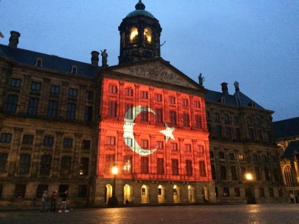 位於土耳其伊斯坦堡的機場於28日遭恐怖攻擊,許多國家為表示哀悼,紛紛於重要地標上投影土耳其國旗,甚至有民眾帶著土耳其的國旗到場致意。圖中地點為荷蘭阿姆斯特丹大皇宮。(圖擷自推特)
