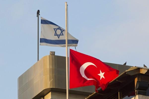 位於土耳其伊斯坦堡的機場於28日遭恐怖攻擊,許多國家表示哀悼,土耳其國旗(圖右)也為此降半旗。(歐新社)