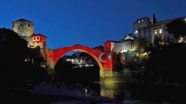 位於土耳其伊斯坦堡的機場於28日遭恐怖攻擊,許多國家為表示哀悼,紛紛於重要地標上投影土耳其國旗,甚至有民眾帶著土耳其的國旗到場致意。圖中地點位於東歐的波士尼亞與赫塞哥維納。(圖擷自推特)