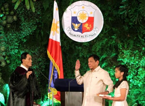 菲律賓準總統杜特蒂今天中午宣誓就職,正式成為菲律賓總統,他在就職典禮致詞中,誓言將帶領菲律賓重返往日盛況。(美聯社)