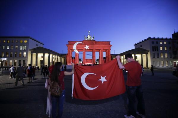 位於土耳其伊斯坦堡的機場於28日遭恐怖攻擊,許多國家為表示哀悼,紛紛於重要地標上投影土耳其國旗,甚至有民眾帶著土耳其的國旗到場致意。圖中地點位於德國柏林。(美聯社)