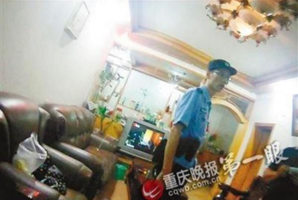 警方動用大批警力在住處搜索。(圖擷《重慶晚報》)