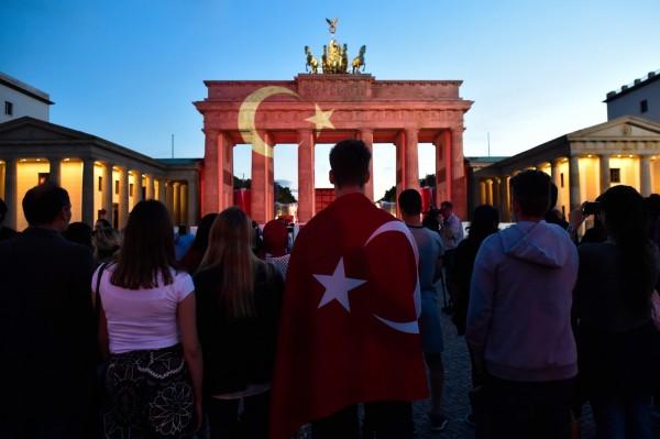 位於土耳其伊斯坦堡的機場於28日遭恐怖攻擊,許多國家為表示哀悼,紛紛於重要地標上投影土耳其國旗,甚至有民眾披上土耳其的國旗到場致意。圖中地點位於德國柏林。(歐新社)