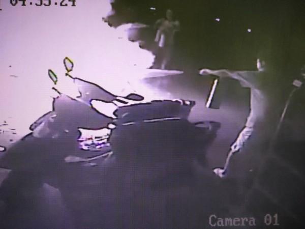 林男將燒餘香環丟棄在住家對面的機車置物籃內,竟不慎燒毀8輛車,附近鄰居見狀使用滅火器撲滅火勢。(記者陳薏云翻攝)