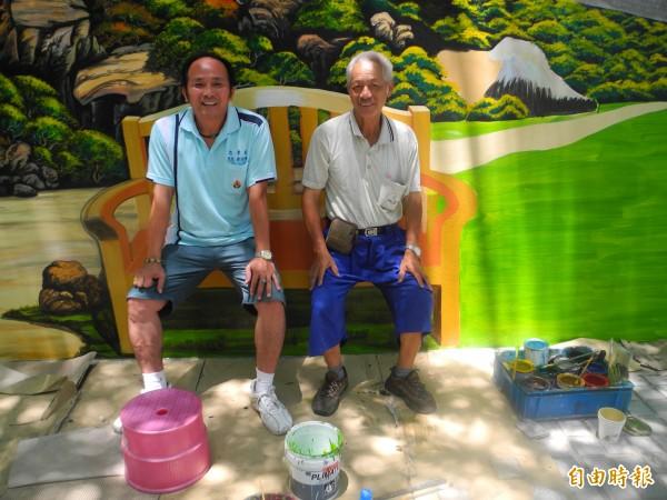 里長黃桂坤(左)、寺廟彩繪家蕭政德(右)在立體座椅景觀上坐著,彷彿真的一樣。(記者許展溢攝)