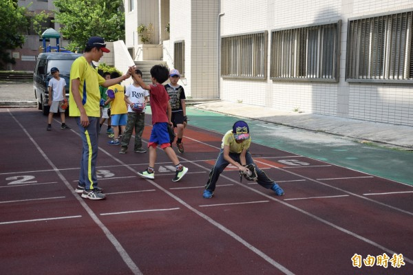 暑假開始,中市大仁國小辦棒球營讓學童體驗棒球樂趣。(記者蘇孟娟攝)
