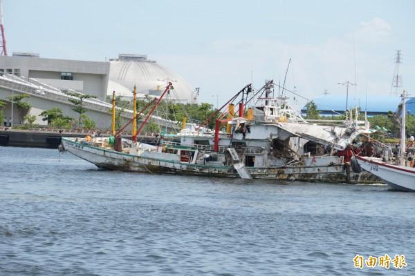 翔利昇號漁船後方明顯看出被飛彈射中的痕跡。(記者黃佳琳攝)