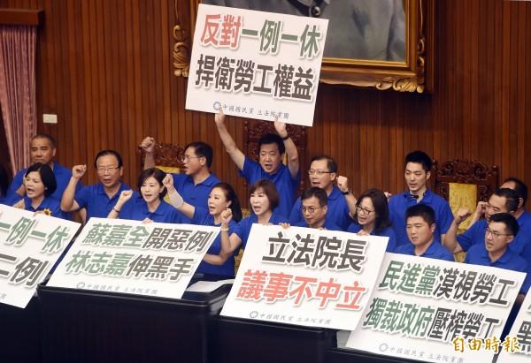 國民黨霸佔主席台抗議。(記者廖振輝攝)