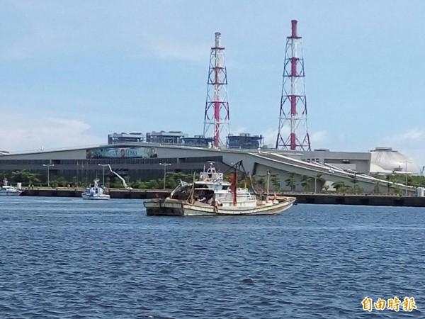 翔利昇漁船被拖回來。(記者黃佳琳攝)