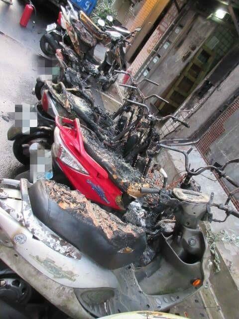 林男將燒餘香環丟棄在住家對面的機車置物籃內,竟不慎燒毀8輛車。(記者陳薏云翻攝)