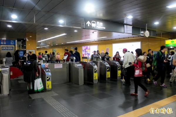 台北捷運7月1日起,除原有的悠遊卡,一卡通也開放服務行列。(資料照,記者郭逸攝)