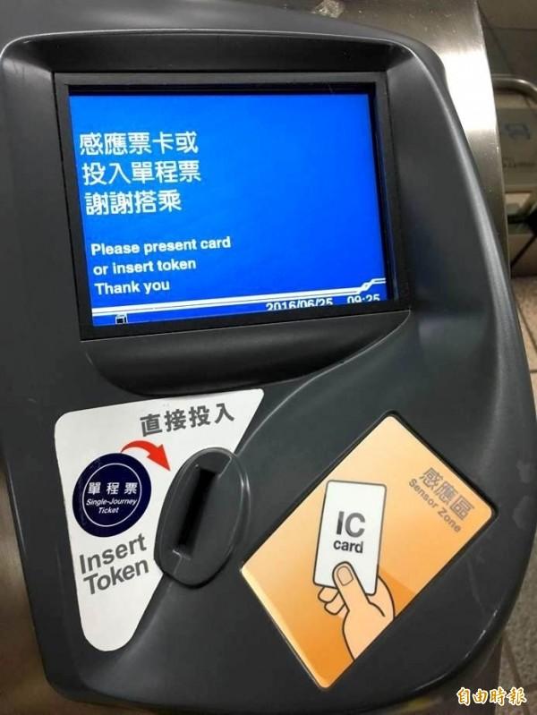 台北捷運7月1日起,除原有的悠遊卡,一卡通也開放服務行列,民眾可在「IC CARD」字樣的面板刷卡進出。(資料照,台北捷運公司提供)